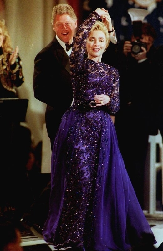 Trước đó, vào năm 1993, bà Hillary Clinton mặc đầm ánh tím do nhà thiết kế ít tên tuổi - Sarah Philips thực hiện.