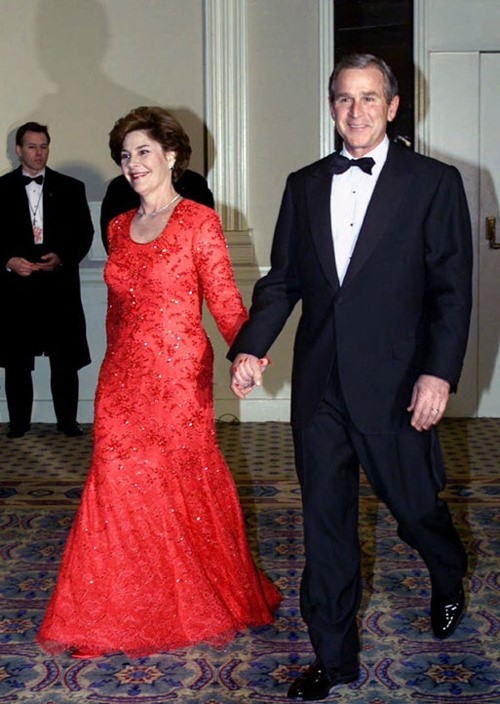 Ở nhiệm kì đầu tiên khi ông Bush đắc cử vào năm 2001, cựu đệ nhất phu nhân diện váy đuôi cá đính kết cầu kì của Michael Faircloth.