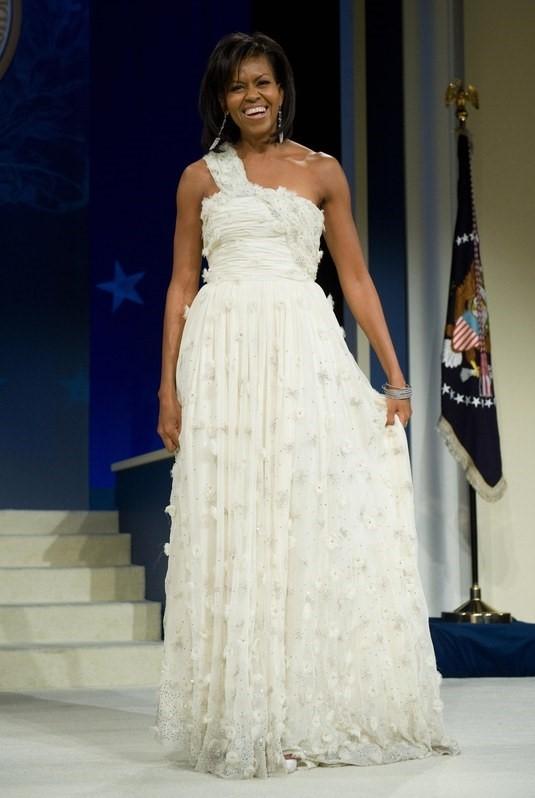 Năm 2009, khi ông Obama đắc cử tổng thống, đệ nhất phu nhân cũng chọn váy của Jason Wu trong lễ tuyên thệ. Mẫu váy chiffon lệch vai này đã giúp Jason Wu, một tên tuổi lạ lẫm trong làng thời trang trở nên nổi tiếng toàn cầu.