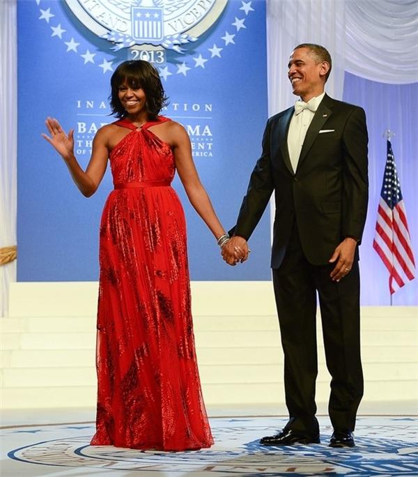 Trong nhiệm kì thứ hai của ông Barack Obama, bà Michelle Obama mang đến sự tưởng tượng về một nước Mỹ rực rỡ qua bộ đầm đỏ sáng của Jason Wu. Bà khéo léo kết hợp với trang sức kim cương của Kimberly McDonald và giày Jimmy Choo khi xuất hiện bên chồng tại lễ nhậm chức vào năm 2013.