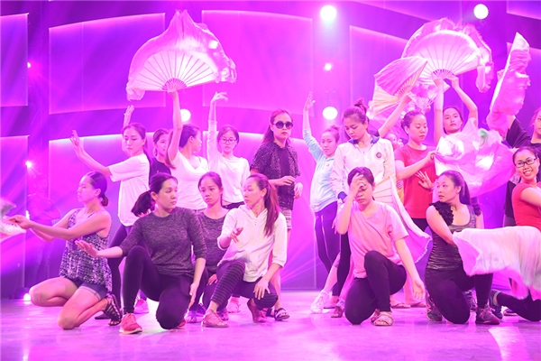 Bên cạnh đó, Hoàng ThùyLinh còn mang đến một điệu nhảy sôi động đến Thử thách cùng bước nhảy. - Tin sao Viet - Tin tuc sao Viet - Scandal sao Viet - Tin tuc cua Sao - Tin cua Sao