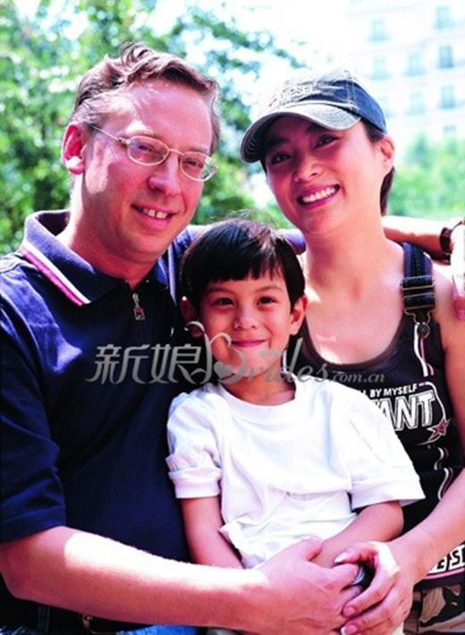 Nữ diễn viên xinh đẹp bên cạnh người chồng thứ hai cùng con trai.