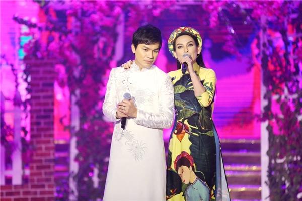 Mạnh Quỳnh chọn trang phục áo dài trắng với họa tiết rồng phượng, đây cũng là lần đầu tiên Mạnh Quỳnh diện áo dài lên sân khấu.