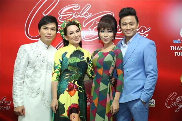 MC Quý Bình và Trác Thúy Miêuchụp ảnh cùngvới Phi Nhung, Mạnh Quỳnh trước khi bắt đầu chương trình.