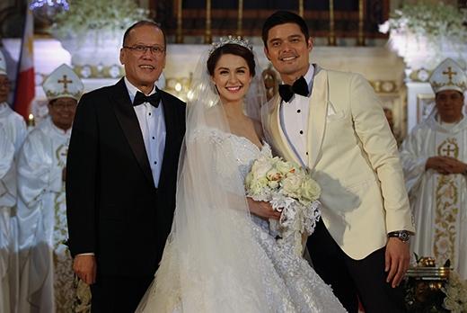 Tổng thống Philippines đương nhiệm chúc phúc cho cặp đôi vàng.