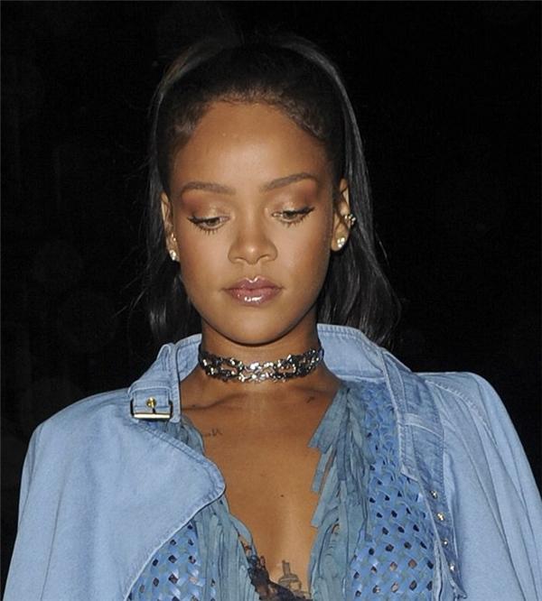 và Rihanna đều là tín đồ của mốt choker này.