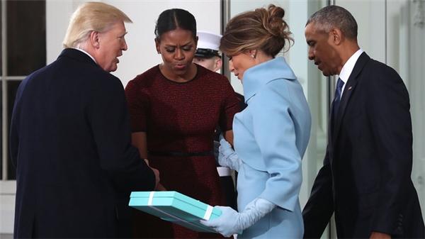 BàMelania Trumpvà món quà bí mật trên tay được gửi đến gia đình ông Obama.