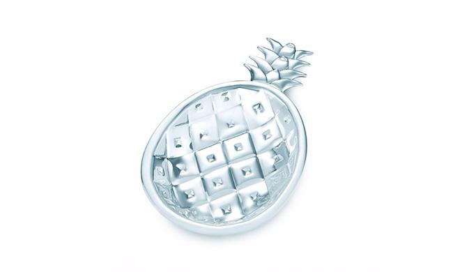 Đĩa bạc hình quả dứa trị giá 350 USD, tương đương 8 triệu đồng.