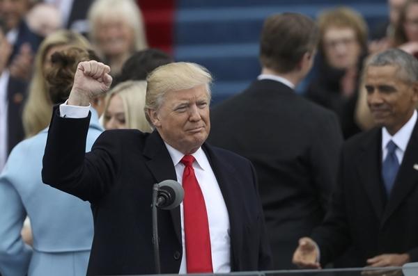 Donald Trump ra dấu hiệu kết khi chuẩn bị kết thúc bài phát biểu của mình.