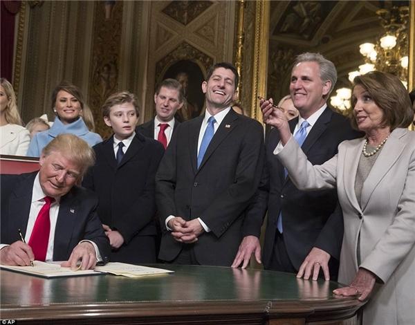 """Không thể bỏ sót những khoảnh khắc đáng yêu của """"tiểu soái ca nhà Trump"""".(Ảnh: Internet)"""