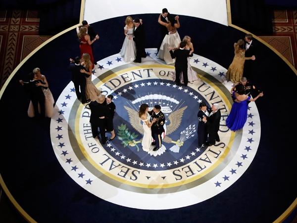 Vợ chồng tân tổng thống Donald Trump khiêu vũ trong dạ tiệc.