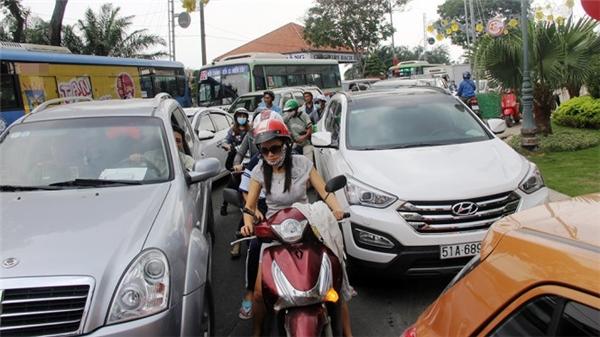 Xe cộđi lại khó khăn, nhiều xe máy phải chen lấn vào giữa làn ô tô để di chuyển.(Ảnh: Internet)