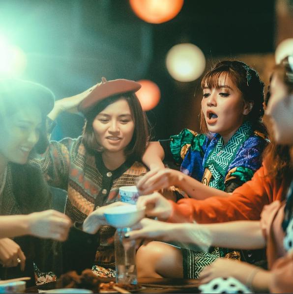 """Khu phố cổ thuộccông viên thiên đường Bảo Sơn trở thành nơi Bích Phương cùng hội """"gái ế"""" quậy tưng trong những cảnh cuối MV."""