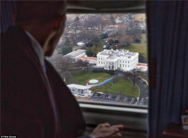 Cựu tổng thống Barack Obama từ biệtNhà Trắng từ trên trực thăng.(Ảnh: Pete Souza)