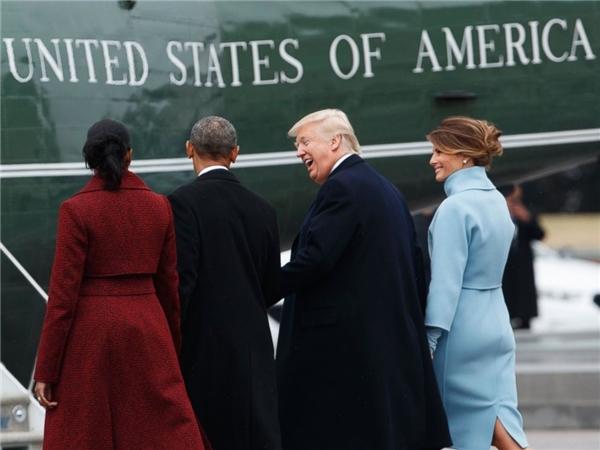 Donald Trump tiễn vợ chồng Barack Obama lên chiếc trực thăng Marine One. (Ảnh: Internet)