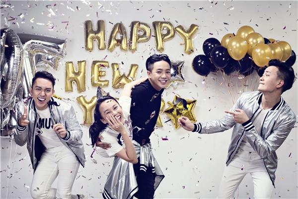Qua ống kính của nhiếp ảnh gia Ân Nguyễn, các diễn viên thoải mái thể hiện tinh thần chào đón năm mới rực rỡ, tưng bừng với năng lượng tràn đầy. - Tin sao Viet - Tin tuc sao Viet - Scandal sao Viet - Tin tuc cua Sao - Tin cua Sao