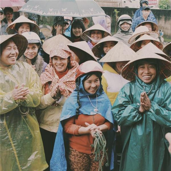 Nam MC điển trai đội mưa phát quà cho bà con miền Trung. Sự hòa đồng, vui vẻ và nhiệt thành của Phan Anh đã khiến không ít người dân nơi đây cảm thấy ấm lòng hơn. - Tin sao Viet - Tin tuc sao Viet - Scandal sao Viet - Tin tuc cua Sao - Tin cua Sao