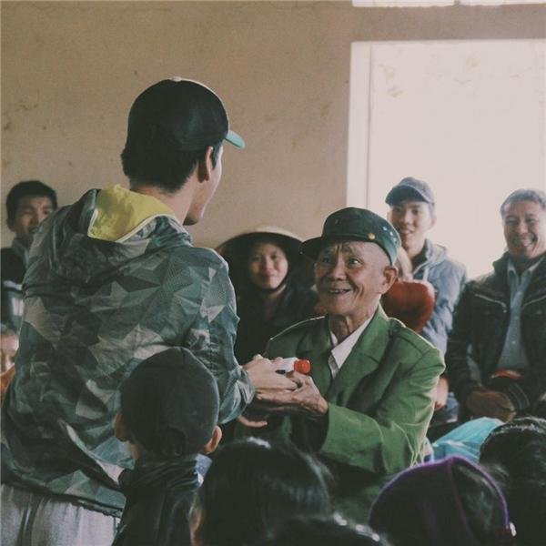 Dù Tết cận kề, MC Phan Anh vẫn hết lòng vì người dân miền Trung - Tin sao Viet - Tin tuc sao Viet - Scandal sao Viet - Tin tuc cua Sao - Tin cua Sao