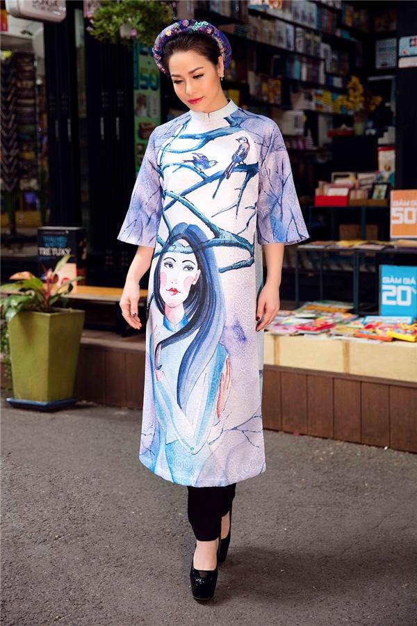 Với thiết kế màu xanh nhạt pha xám, Nhật Kim Anh như khắc họa nét cảm xúc bâng khuâng, nhẹ nhàng ngày cuối năm. Bộ cánh tái hiện nét vẽ tranh sơn dầu vô cùng tinh tế, sắc nét.