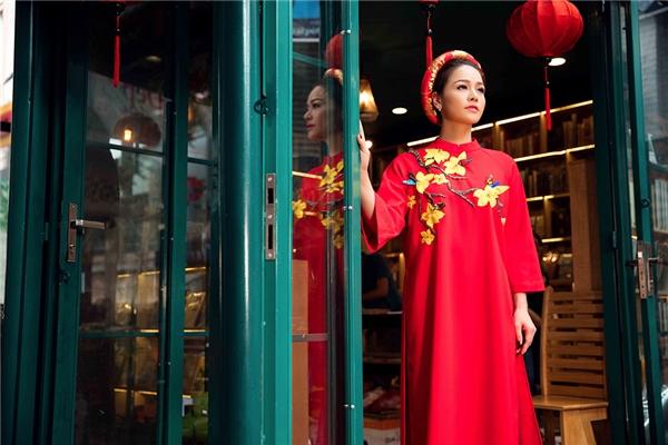 Trên nền sắc đỏ, chất liệu vải mềm mại, mịn màng, họa tiết hoa màu vàng được chọn trở thành điểm nhấn. Hai màu sắc tượng trưng cho sự may mắn, sung túc, tài lộc gần như không thể vắng mặt trong tủ đồ của phái đẹp.