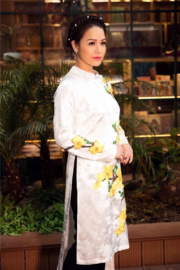 Trong MV Tết năm nay, Nhật Kim Anh vào vai cô con gái về quê ăn Tết bên gia đình. Cô cùng người thân chuẩn bị gói bánh chưng, bày mâm quả, rục rịch đón chào năm mới. Hình ảnh gia đình đoàn viên, người người xúng xính váy áo mới, nhà nhà đi lễ phật đã lan tỏa không khí Tết đến gần hơn với mọi người.