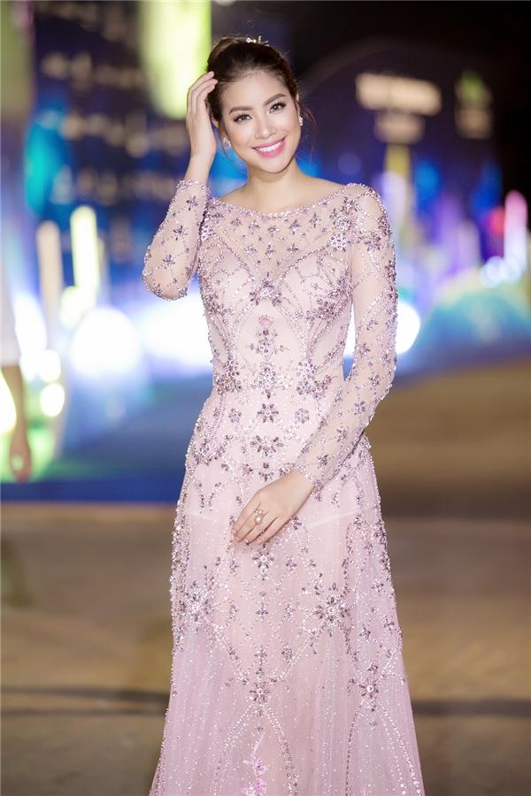 Phạm Hương đẹp ngây ngất với đầm công chúa dự show cuối trong năm - Tin sao Viet - Tin tuc sao Viet - Scandal sao Viet - Tin tuc cua Sao - Tin cua Sao