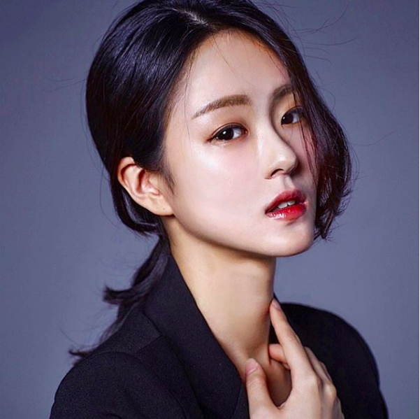 """Thêm thiếu nữ Hàn gây sốt vì """"mặt học sinh thân hình phụ huynh"""""""