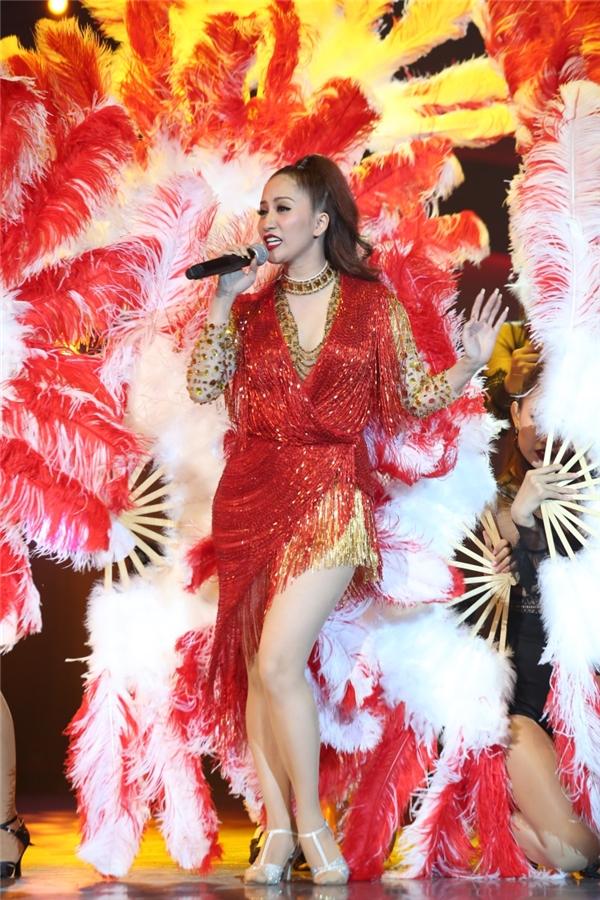 Ngoài các thí sinh, giám khảo Khánh Thi cũng mang đến Liên khúc Vũ nữ thân gầy, Trái tim lầm lỡ.
