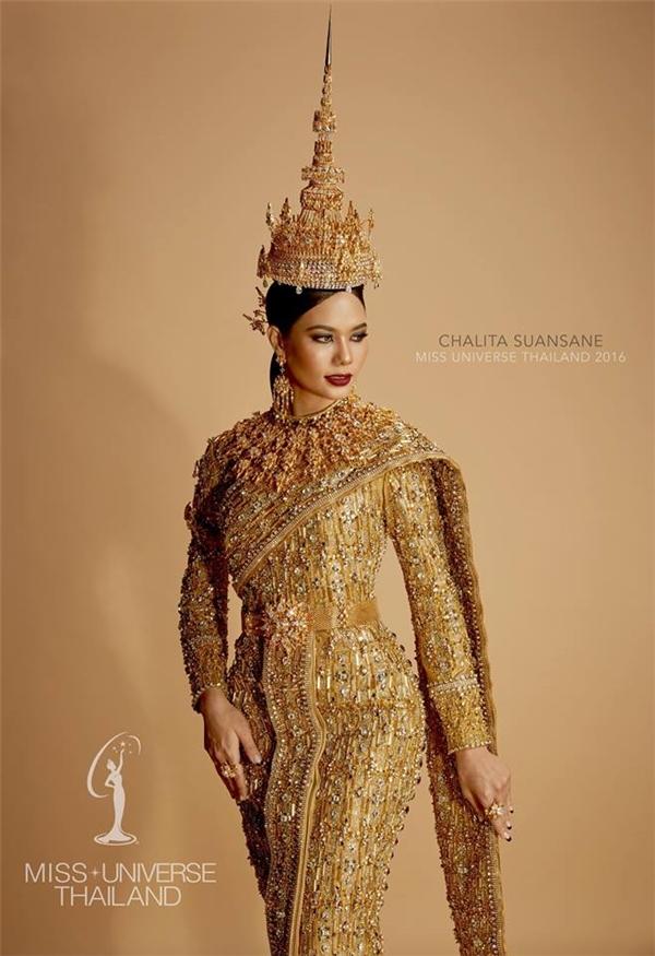 Hoa hậu Thái Lan Chalita Suansane là ứng cử viên mạnh nhất châu Á. Cô gái này năm nay 22 tuổi, có hình thể vô cùng hút mắt. Năm nay, Chalita mang đến cuộc thi bộ trang phục dân tộc đắt đỏ được làm từ vàng và kim cương.