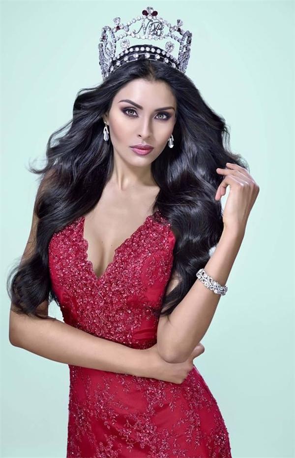 Đại diện Mexico, Kristal Silva, 25 tuổi là một trong những thí sinh được khán giả ủng hộ nhiệt liệt nhất. Kristal từng tham gia Hoa hậu Trái đất 2014 và dừng chân top 8 chung cuộc.