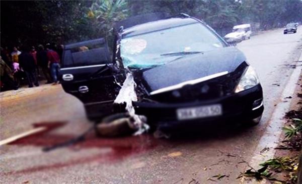 Chiếc ô tô bị mất lái rồi lao nhanh vào gốc cây bên đường. (Ảnh: Internet)