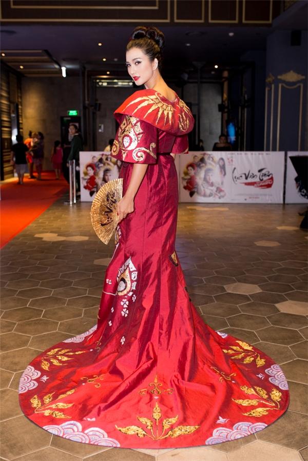 Bộ trang phục của nữ diễn viên vô cùng ấn tượng và lộng lẫy mang hơi hướng Nhật Bản. Hình ảnh sắc sảo và gợi cảm chính là những dấu ấn mà Kim Tuyến hướng tới. - Tin sao Viet - Tin tuc sao Viet - Scandal sao Viet - Tin tuc cua Sao - Tin cua Sao