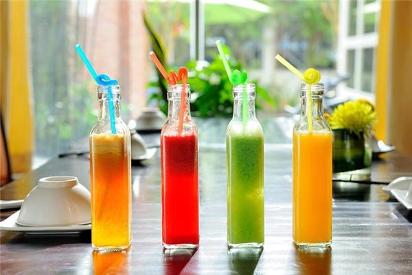Hãy sử dụng thêm các loại nước ép trái cây khi uống rượu.