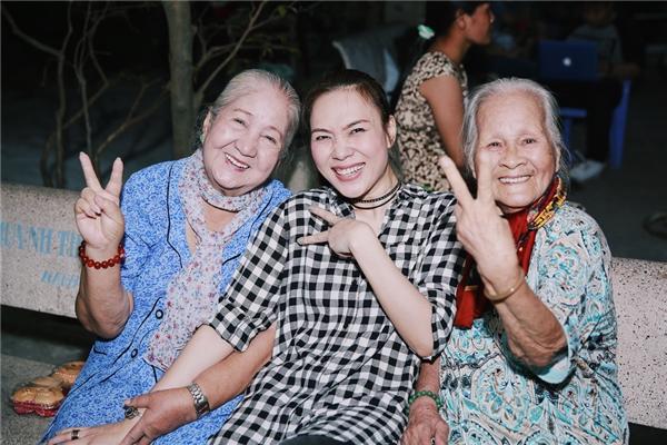 Fans bấn loạn với loạt biểu cảm cực yêu của Mỹ Tâm khi đi từ thiện - Tin sao Viet - Tin tuc sao Viet - Scandal sao Viet - Tin tuc cua Sao - Tin cua Sao