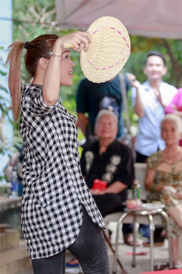 Trong buổi giao lưu cùng các cô chú nghệ sĩ lớn tuổi, Mỹ Tâm xin phép thể hiện một vài ca khúc góp vui như Sầu tím thiệp hồng, Chỉ hai đứa mình thôi nhé, Anh thì không và hòagiọng cùng fans trong ca khúc Đón xuân như lời chúc mừng năm mới – Xuân Đinh Dậu 2017. - Tin sao Viet - Tin tuc sao Viet - Scandal sao Viet - Tin tuc cua Sao - Tin cua Sao