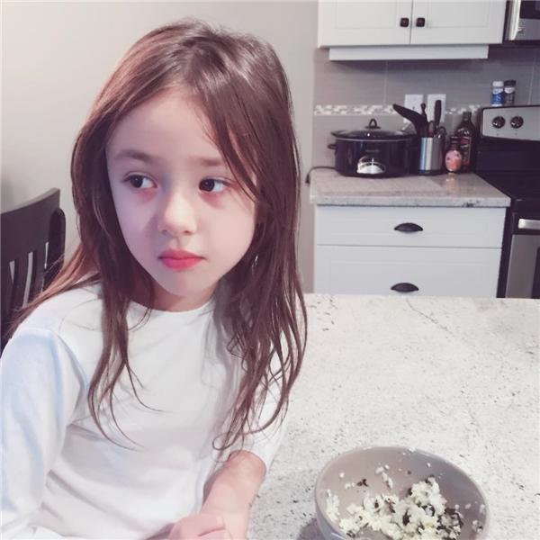 """""""Chết mê"""" nhan sắc như thiên thần của cô nhóc lai Hàn"""