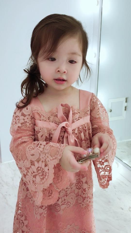 Mới đây, loạt hình ảnh mà Elly Trần đăng tải trên fanpage của 2 con lại tiếp tục khiến khán giả mê đắm. Trong đó, Cadie Mộc Trà diện bộ váy màu hồng vô cùng đáng yêu. - Tin sao Viet - Tin tuc sao Viet - Scandal sao Viet - Tin tuc cua Sao - Tin cua Sao