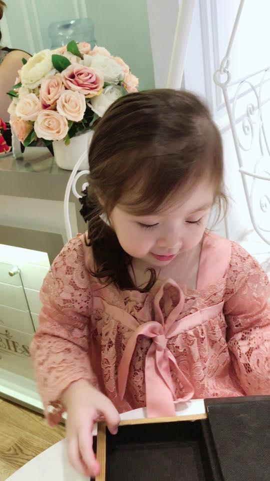 Những hành động ngộ nghĩnh của cô bé tại cửa hàng thời trang khiến khán giả thích thú. Mặc dù còn rất bé nhưng Cadie Mộc Trà không hề ngần ngại trước ống kính. - Tin sao Viet - Tin tuc sao Viet - Scandal sao Viet - Tin tuc cua Sao - Tin cua Sao