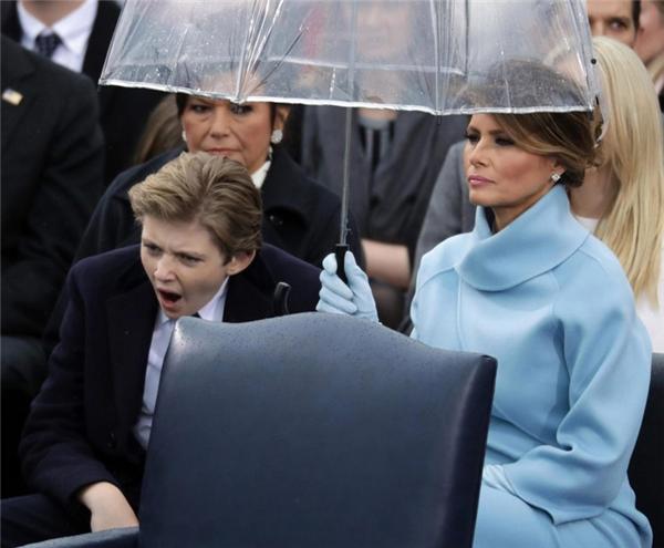 Thậm chí ngáp cả trong lễ nhậm chức của ông.