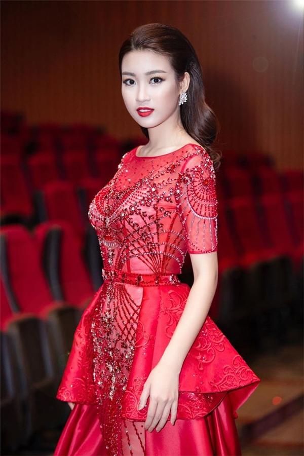 Hoa hậu Đỗ Mỹ Linh cũng có màn xuất hiện ấn tượng trong tuần qua với thiết kế xuyên thấu màu đỏ rực rỡ của Đỗ Long. Phần đuôi được thực hiện bằng chất liệu lụa bóng mềm mại vừa giúp cấu trúc của thiết kế thêm phần đặc biệt, vừa tiết chế độ mỏng của vải lưới mỏng manh bên trong.