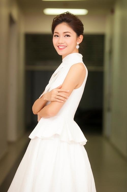 Á hậu Thanh Tú ngọt ngào nhưng vẫn nổi bật với bộ cánh màu trắng, mang đậm phong cách cổ điển qua phom dáng xòe kín đáo đặc trưng.