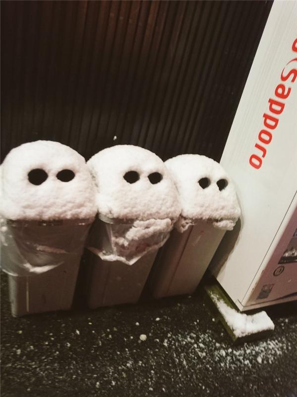 Và đây là những chiếc thùng rác vui tính dọa ma trong bóng tối.