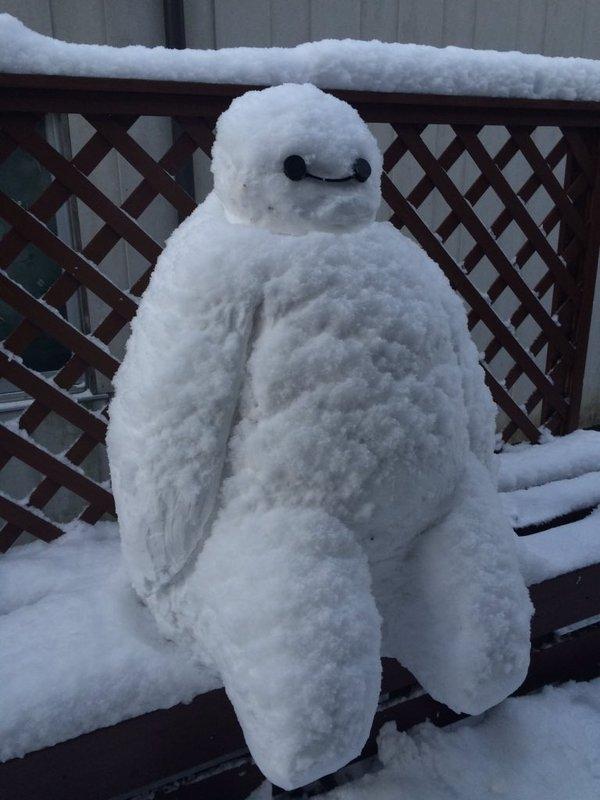 Thậm chí những chiếc băng ghế ngoài trời giờ cũng chỉ làm nơi ngắm cảnh cho bọn người tuyết.