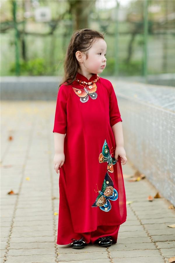 ... thì tà áo Cadie diện có kiểu dáng xinh xắn, phù hợp với trẻ nhỏ. - Tin sao Viet - Tin tuc sao Viet - Scandal sao Viet - Tin tuc cua Sao - Tin cua Sao