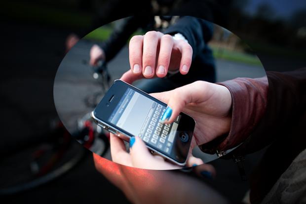 Nạn cướp giật điện thoại đang xảy ra phổ biến hiện nay. (Ảnh minh họa)