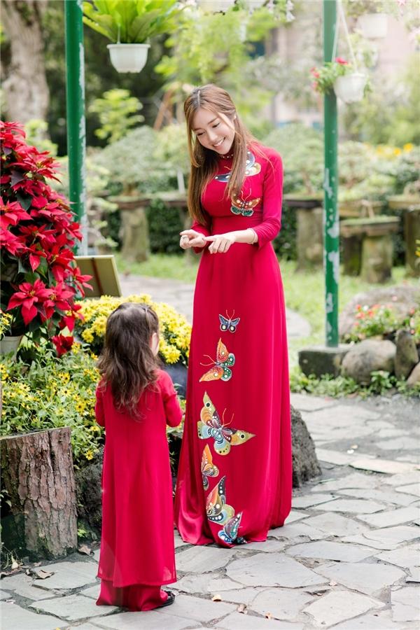 Dù diện trang phục hiện đại hay tà áo truyền thống, bộ đôi Elly Trần và con gái vẫn thể hiện sự hòa hợp, đồng điệu. - Tin sao Viet - Tin tuc sao Viet - Scandal sao Viet - Tin tuc cua Sao - Tin cua Sao