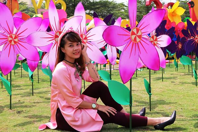 Cánh đồng hoa bảy sắc cầu vồng mang đến khung hình Tết đầy màu sắc.