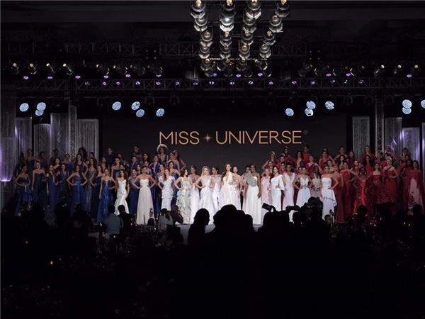 Tối qua (23/1, theo giờ Việt Nam), các thí sinh của Miss Universe 2016 đã có buổi trình diễn thời trang trong khuôn khổ cuộc thi với bộ sưu tập đến từ các nhà thiết kế người Philippines. Buổi trình diễn được chia làm 3 nhóm tương ứng với 3 màu sắc: trắng, đỏ, xanh dương.