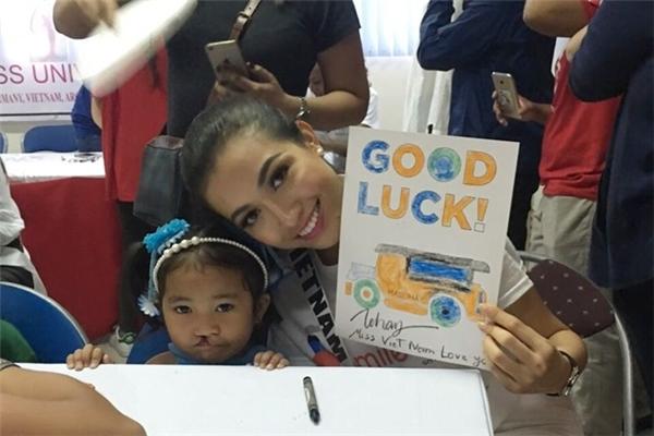 Mới đây, trong khuôn khổ cuộc thi Hoa hậu Hoàn vũ 2016, Lệ Hằng đã đến thăm trẻ em hở hàm ếch có hoàn cảnh khó khăn tại Manila, Philippines.