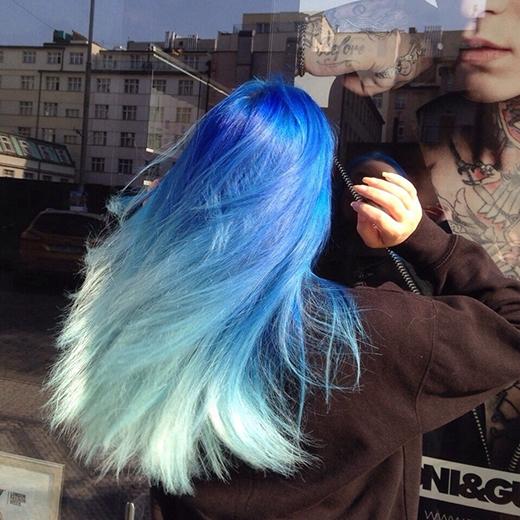 Nếu không muốn quá nhu mì với tóc đen, bạn có thể thay đổi thành tông màu xanh dương đậm như thế này nhé.